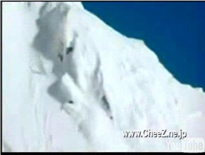 スキーで山の頂上から落下している衝撃映像