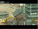 崩れたビルがユンボを直撃!