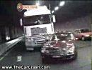 大型トラックとベンツがトンネル内でクラッシュ